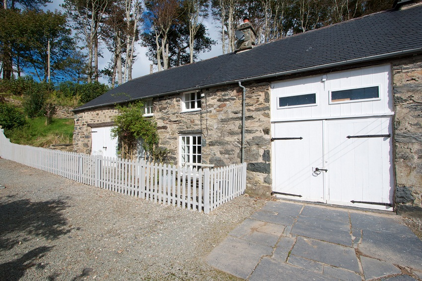 Dog-friendly cottage with swimming pool  in North Wales