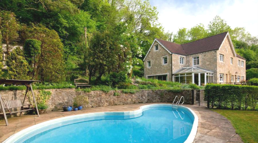 Large group accommodation with a swimming pool  in Cotswolds Area of Outstanding Natural Beauty