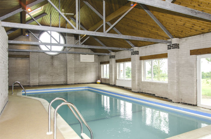 Holiday accommodation swimming pool in east midlands cottage with swimming pool melton for Holiday cottages with swimming pools uk