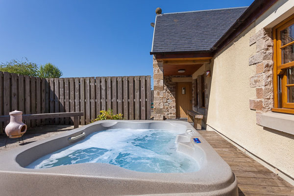 Hot tub cottage for 2 in Central Scotland