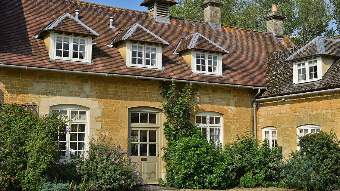 Holiday cottages with a swimming pool and barbeque  in Cotswolds