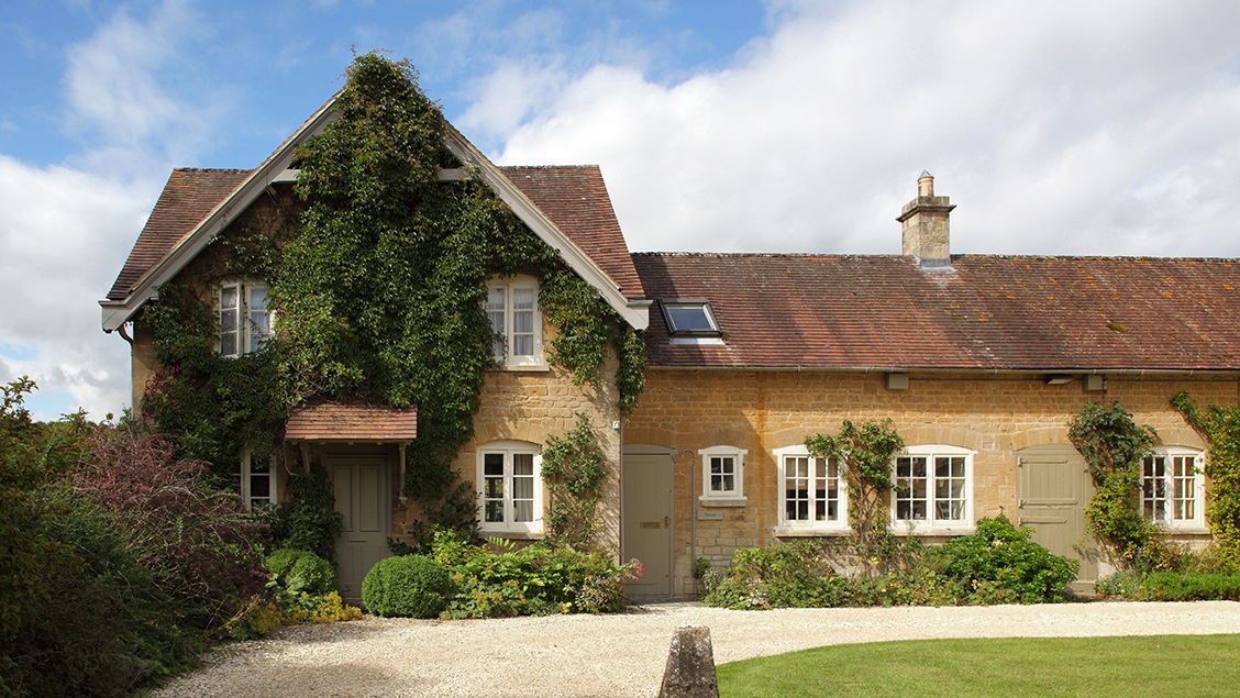 Cottage breaks with swimming pool + BBQ  in Cotswolds