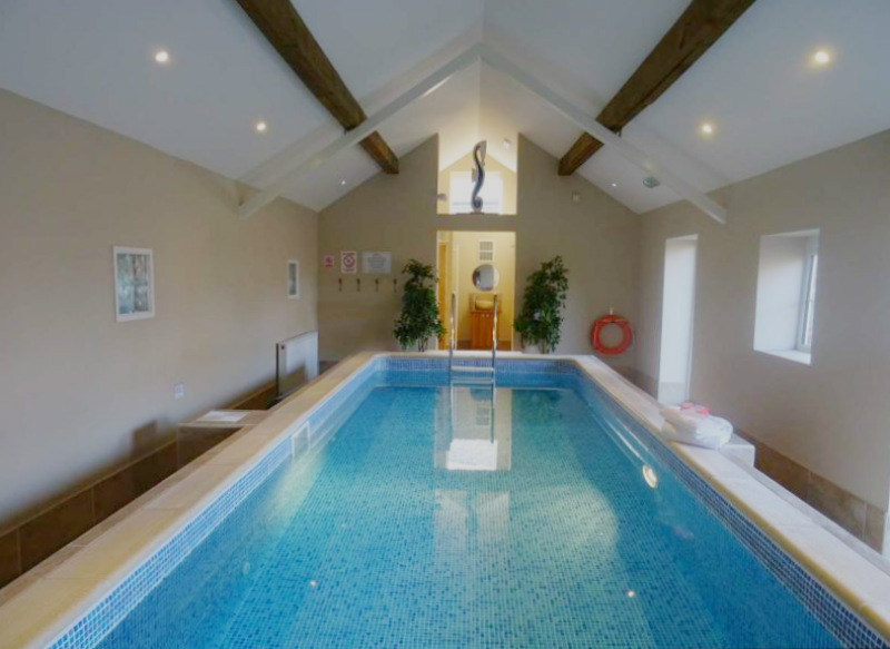 Holiday cottages with a swimming pool and barbeque  in Heart of England