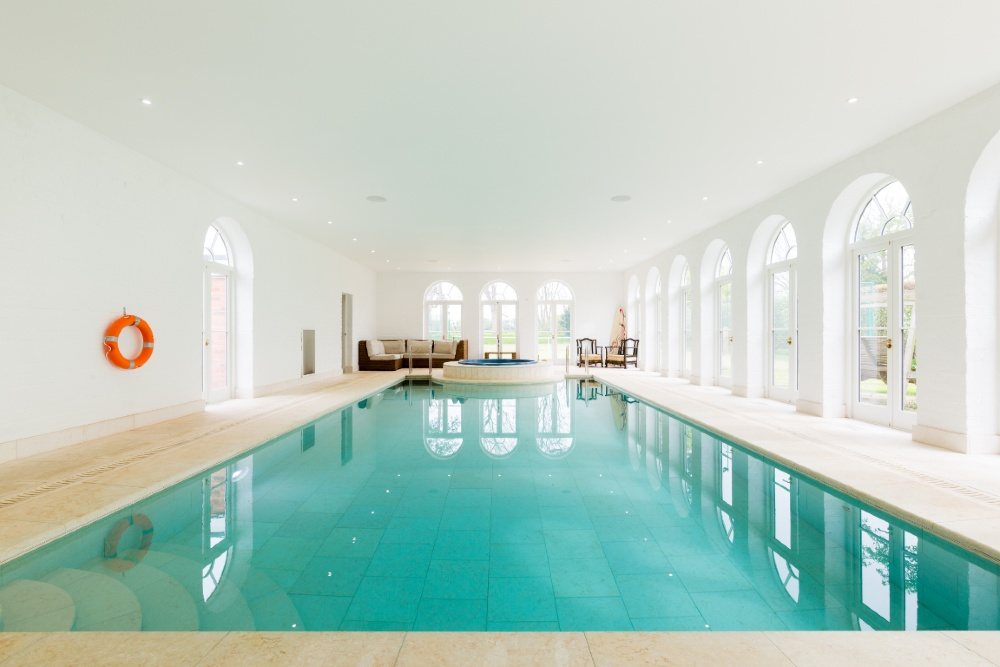 Pets welcome accommodation with a pool  in Cotswolds
