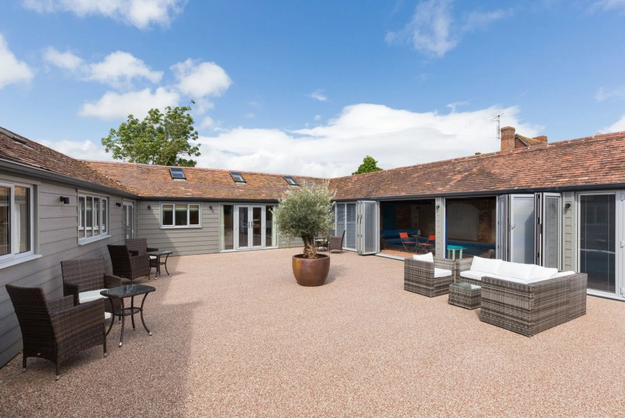 Hot tub and swimming pool holiday home  in Cotswolds