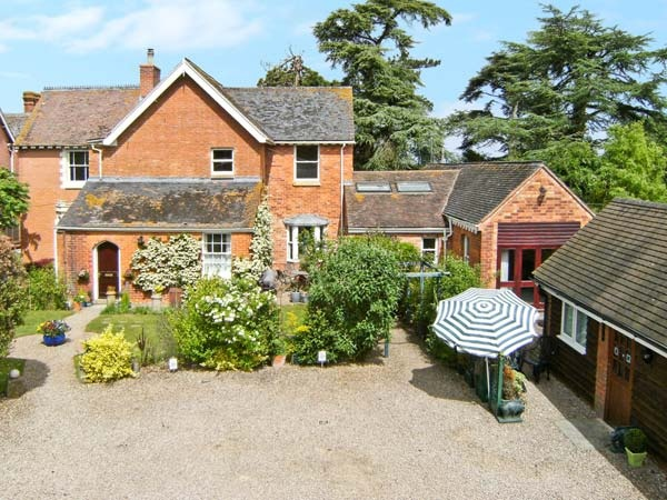 Dog-friendly cottage with swimming pool  in Heart of England