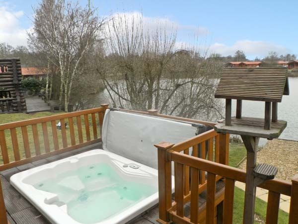 Cottages with a swimming pool in east anglia cottage with swimming pool tattershall lincolnshire for Tattershall lakes swimming pool