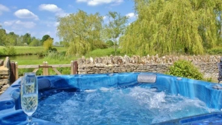 The Cotswold Manor Hall, Exclusive Hot-Tub, Games/Event Barns, 70 acres of Parkland - Photo 1