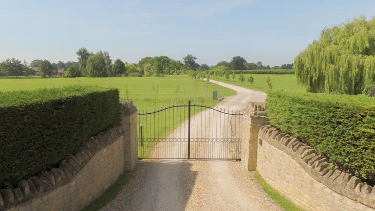 The Cotswold Manor Lodge, Exclusive Hot-Tub, Games/Event Barns, 70 acres of Parkland - Photo 4