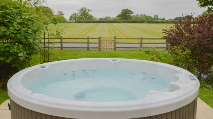 The Cotswold Manor Lodge, Exclusive Hot-Tub, Games/Event Barns, 70 acres of Parkland - Photo 3