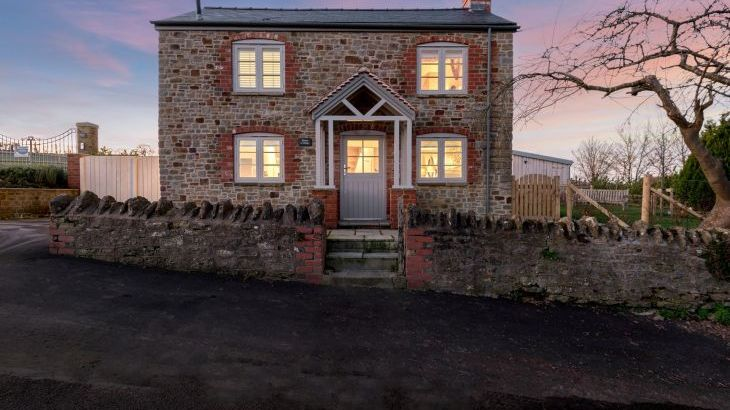 Sleeps 2, Romantic, Luxurious Cottage with Original features and Amazing Views - Photo 9