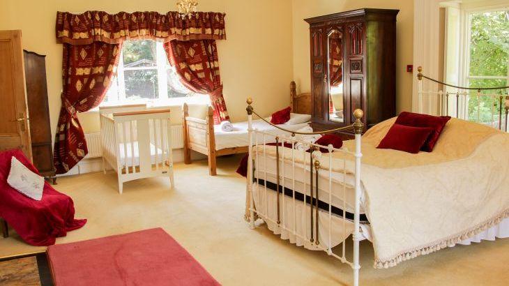 Brookside Manor House, sleeps  30,  Photo 30