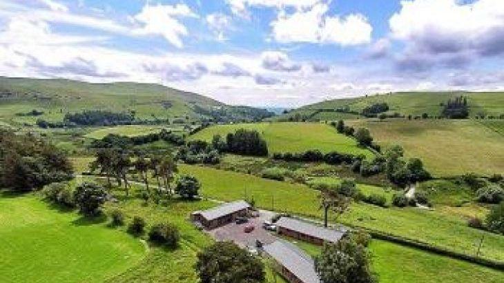 Caban y Berwyn, sleeps  6,  luxury log cabins, Powys
