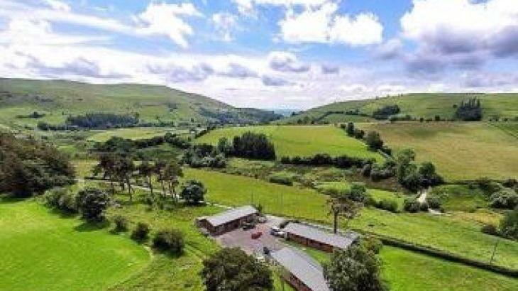 Caban Iwrch, sleeps  6,  luxury log cabins, Powys