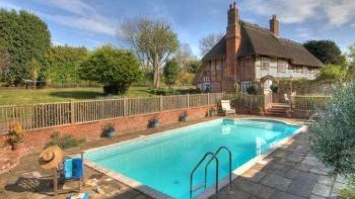 Manor Farmhouse, sleeps  18,  group holiday rental, Kent