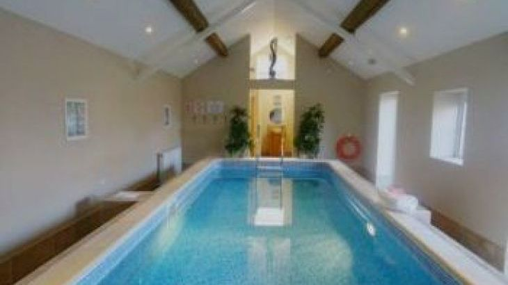 Buttercups Haybarn - 5 Star With Swimming Pool, Sports Area, sleeps  10,  group holiday rental, Shropshire