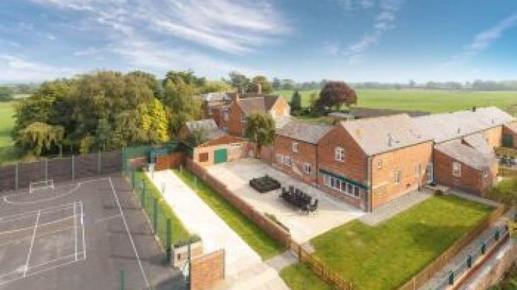 James Parlour - 5 Star with Swimming Pool & Sports Area, sleeps  12,  group holiday rental, Shropshire