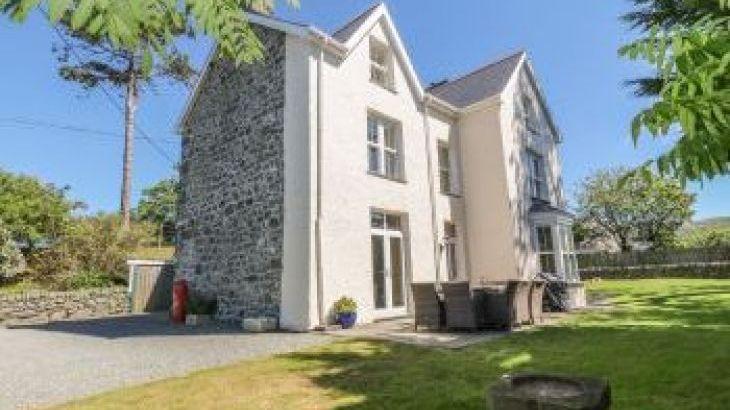 Tyddyn Goronwy Beach Cottage, Talybont, North Wales , sleeps  10,  group holiday rental, Gwynedd