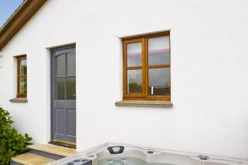 Cottage with leisure pool sleeps 2 in NORTH CORNWALL, South West