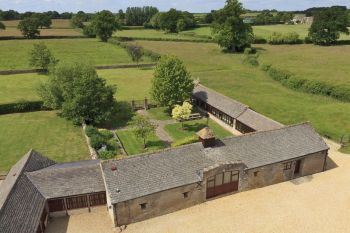 The Cotswold Manor Grange with Hot Tub & Games Barn, Oxfordshire, England