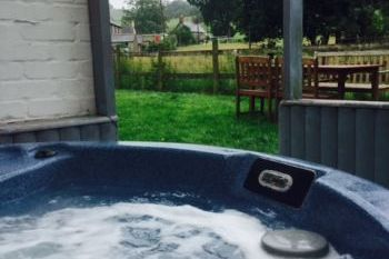 Ty Gwyn Cottage with Hot Tub, Wrexham, Wales