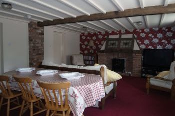 Cottage with a spacious bed for couples in Peak District and Staffordshire Moorlands
