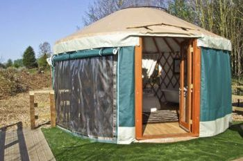 Cotswolds Lakeside Yurt with Hot Tub, Worcestershire, England