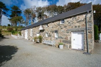Cottage with a spacious bed for couples in Coastal Snowdonia in North Wales