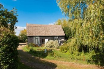 Cottage with a spacious bed for couples in East Anglia, Vale of Buxhall