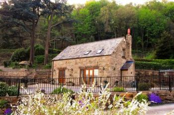 Accommodation with a large bed sleeps 2 in Derbyshire Dales