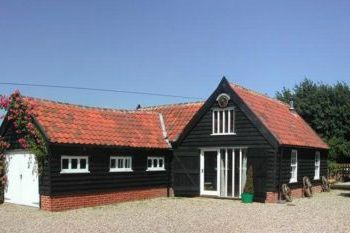 Cottage with a spacious bed for couples in East Anglia, close to the Dedham Vale AONB