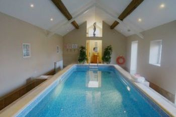 Accommodation with swimming pool for 2 in Heart of England
