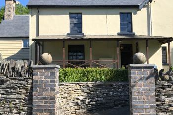Cottage with a spacious bed for couples in Mid Wales
