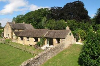 Cottage with a spacious bed for couples in The Cotswolds