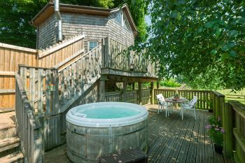 Unique Treehouse with Outdoor Hot Tub, Somerset, England