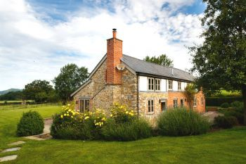 5* Beautiful Cottage with Free Parking, WiFi, games room and lovely garden - Herefordshire