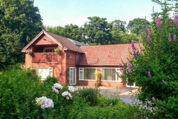 5 Bedroom Ruabon Cottage with Pool, Wrexham, Wales