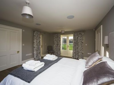 5* High Spec House with free WiFi,private driveway, games room, amazing garden and Sonos System - Photo 2