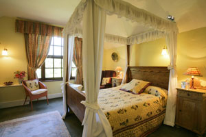 Luxury cottage with romantic four poster bed